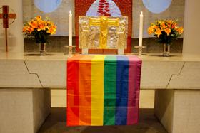 Pride-flagga i Helena kyrka.