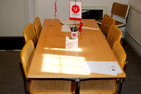 Stolar och bord.