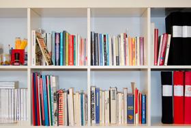 Bokhylla med böcker och pärmar.