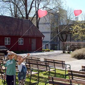 Barn med ballonger.