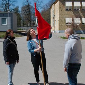 Tove lindar upp en röd flagga.