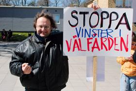 Deltagare med plakat med texten: Stoppa vinster i välfärden.