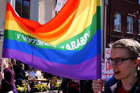Två deltagare med prideflagga.