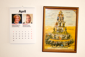 Kalender med kvinnorna i partistyrelsen och Pyramid of Capitalist System.